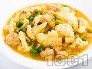 Рецепта Задушени картофи с карфиол, грах от консерва, праз лук и куркума (постна яхния)